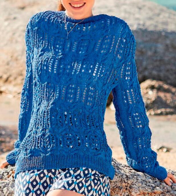 Синий летний пуловер с ажурными косами спицами