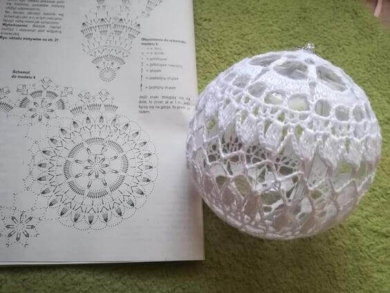 Схемы вязания крючком ажурного новогоднего шарика