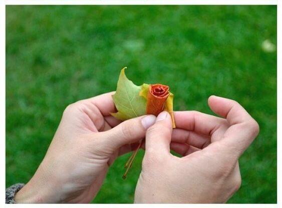Розы из листьев клена. Мастер класс